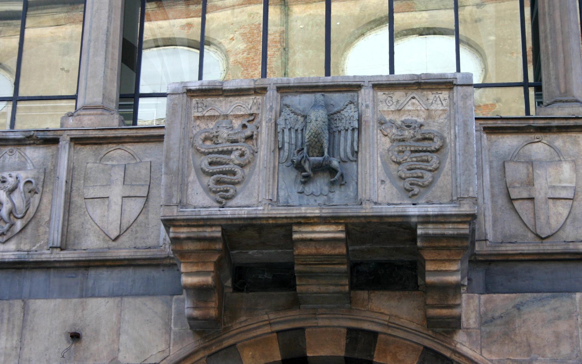 Loggia degli Osii. piazza Mercanti: il biscione primeggia sugli altri stemmi