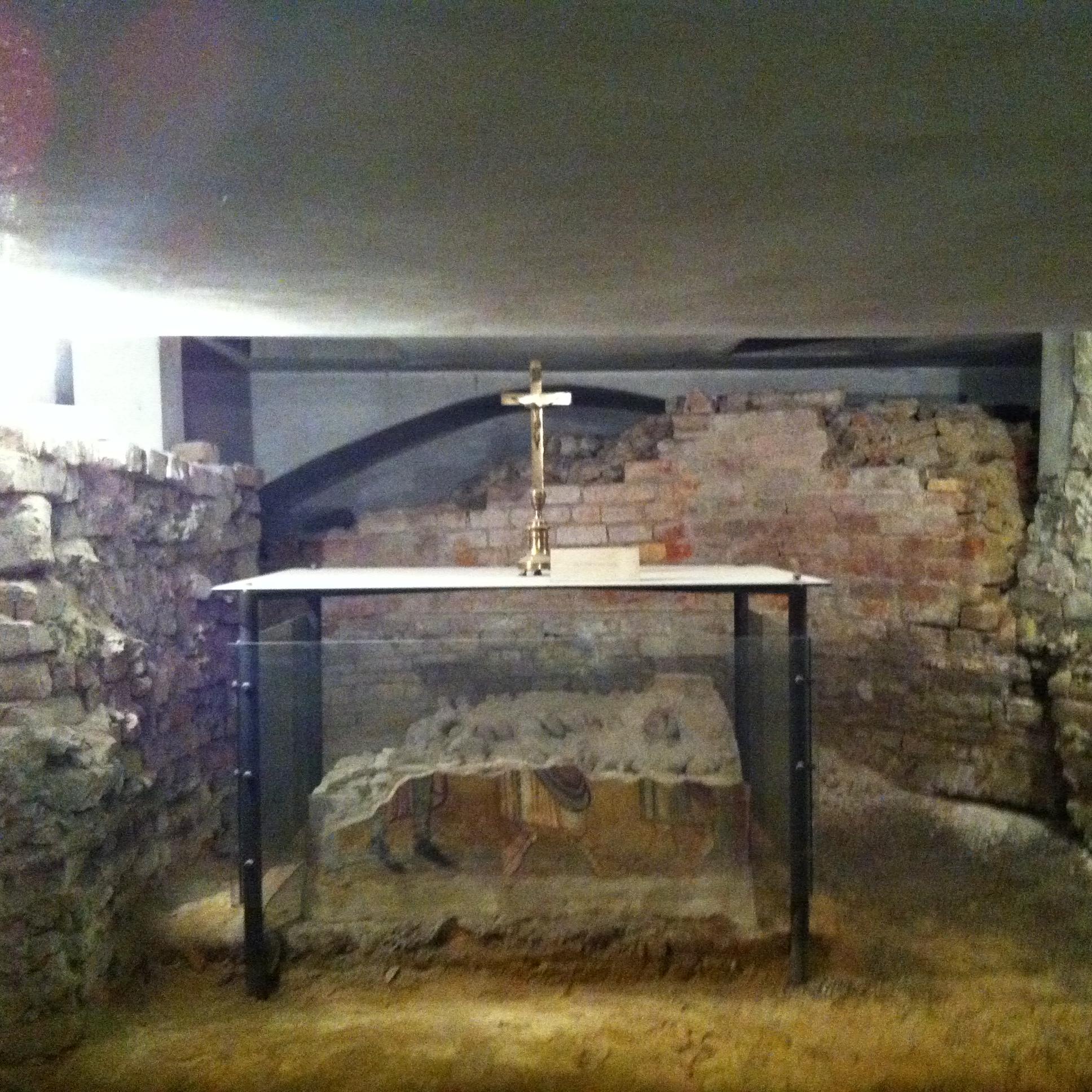 L'altare romanico nei sotterranei dell'attuale duomo di Crema