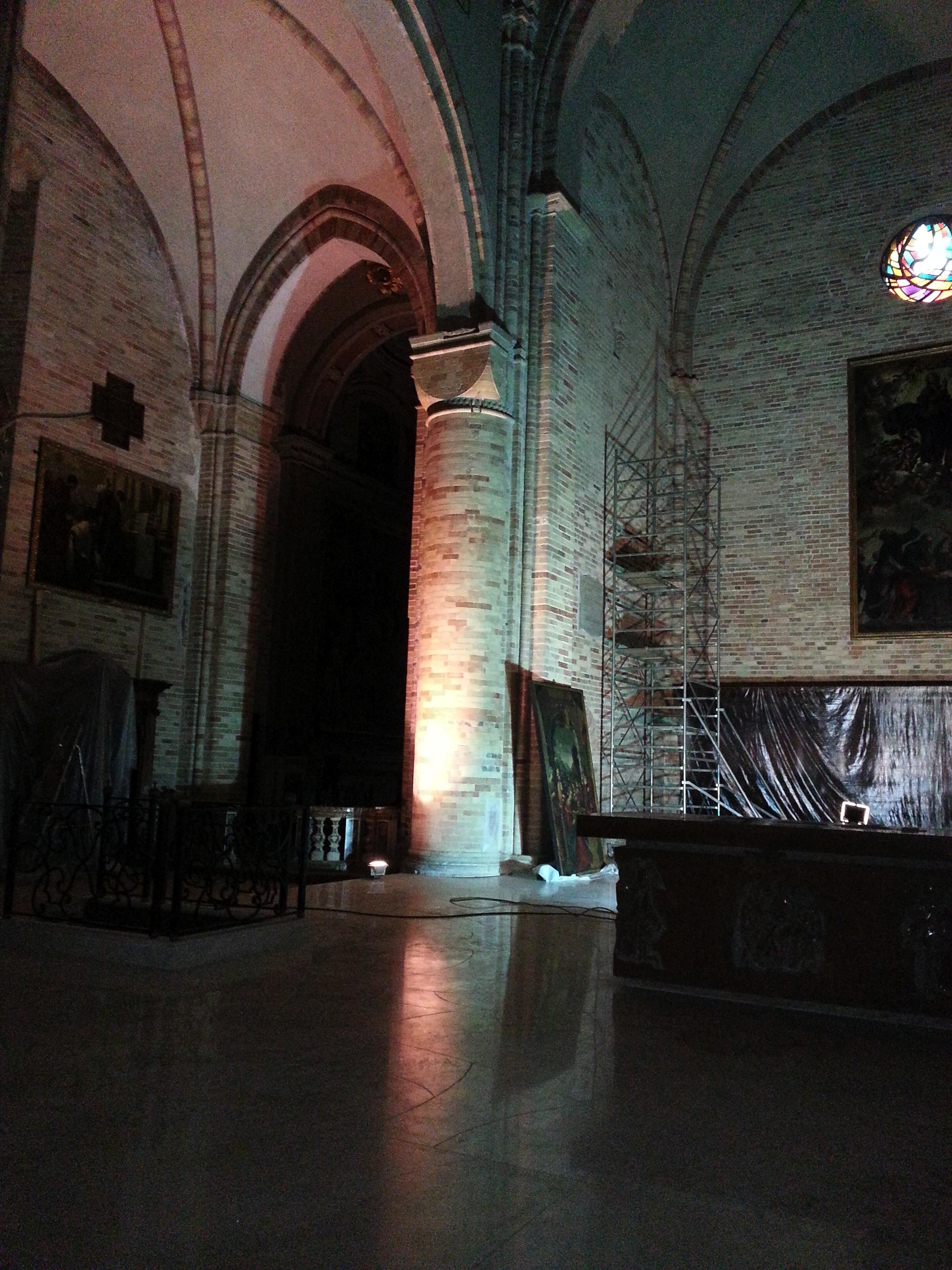 La zona del presbiterio restaurata e nobilitata dalla nuova pavimentazione in pietra. A sin. la cappella, ancora non illuminata, dove si conserva il Cristo crocifisso.