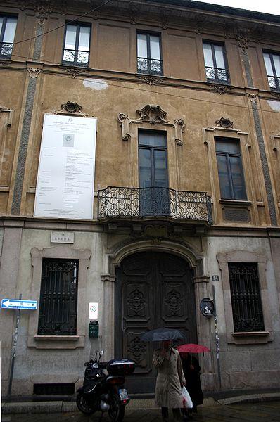 La facciata del palazzo Citterio, dietro la quale si celano le discese a spazi metafici