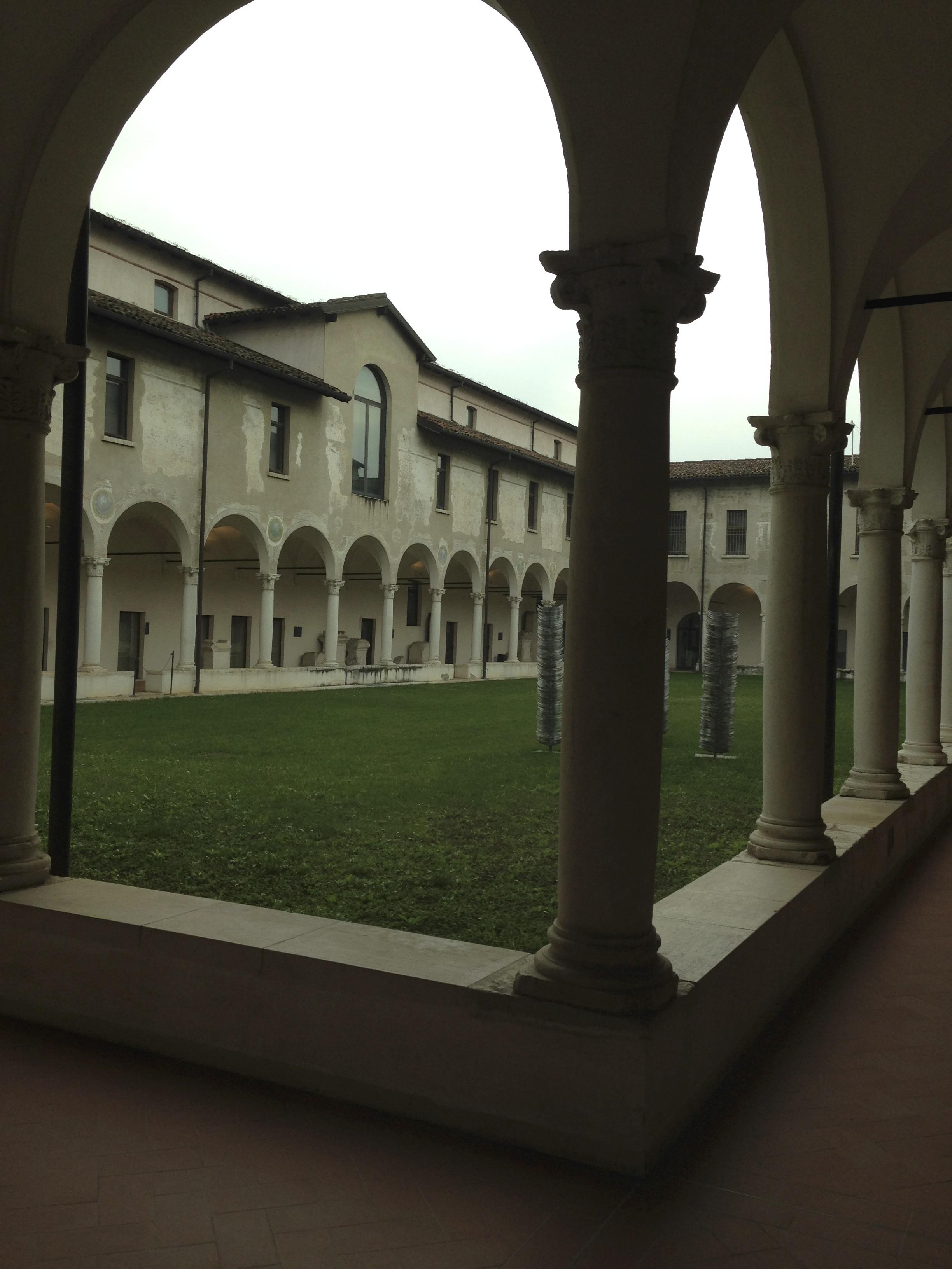 Uno dei bellissimi chiostri del monastero benedettino femminile S. Giulia (foto di Robert Ribaudo)