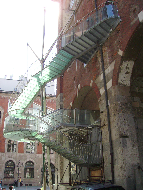 Una scala moderna, che porta al piano superiore del palazzo della Ragione, in piazza Mercanti, ha sostituito la scala originaria in legno.
