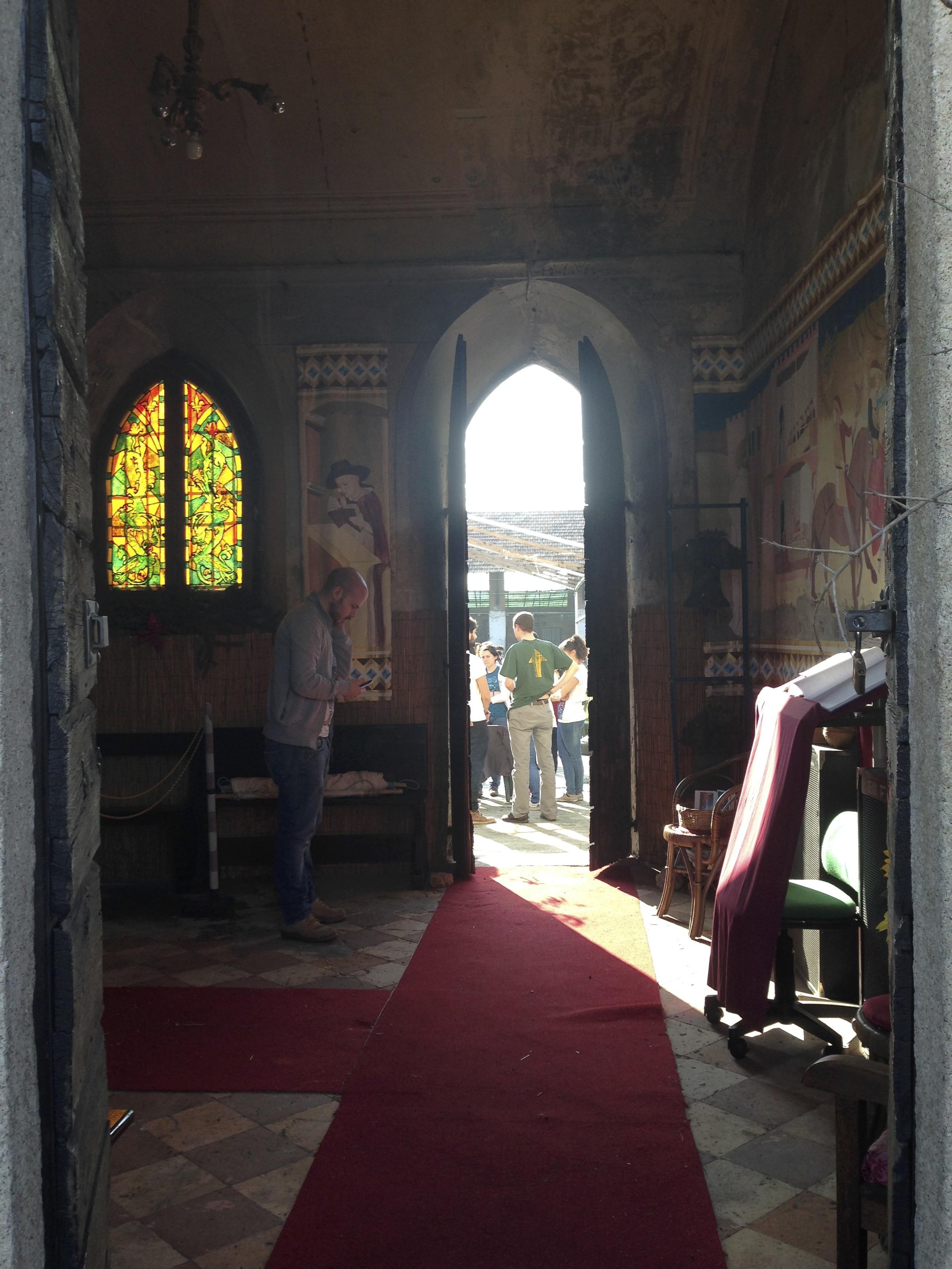 Il passaggio che, attrverso la chiesa, porta dalla strada alla corte