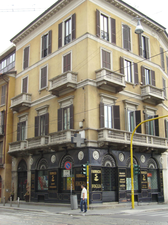 L'angolo che ospita la Farmacia Foglia di Porta Romana, oggi (foto di Robert Ribaudo)