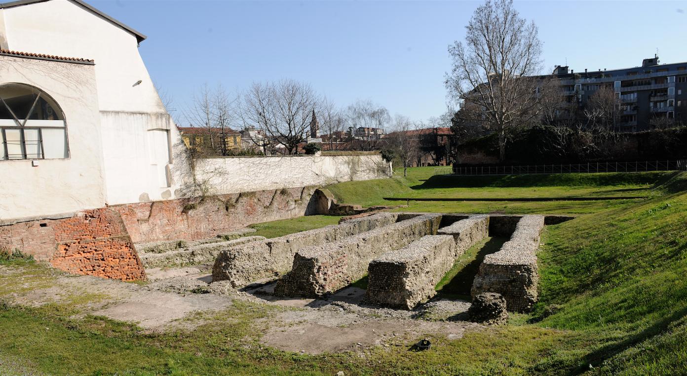 Ciò che rimane dell'imponenete anfiteatro romano (foto di Giacomo Artale)