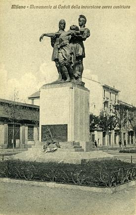 """Cartolina d'epoca con il monumento di Via Tiraboschi/Papi ( o """"Tri ciuc"""")"""