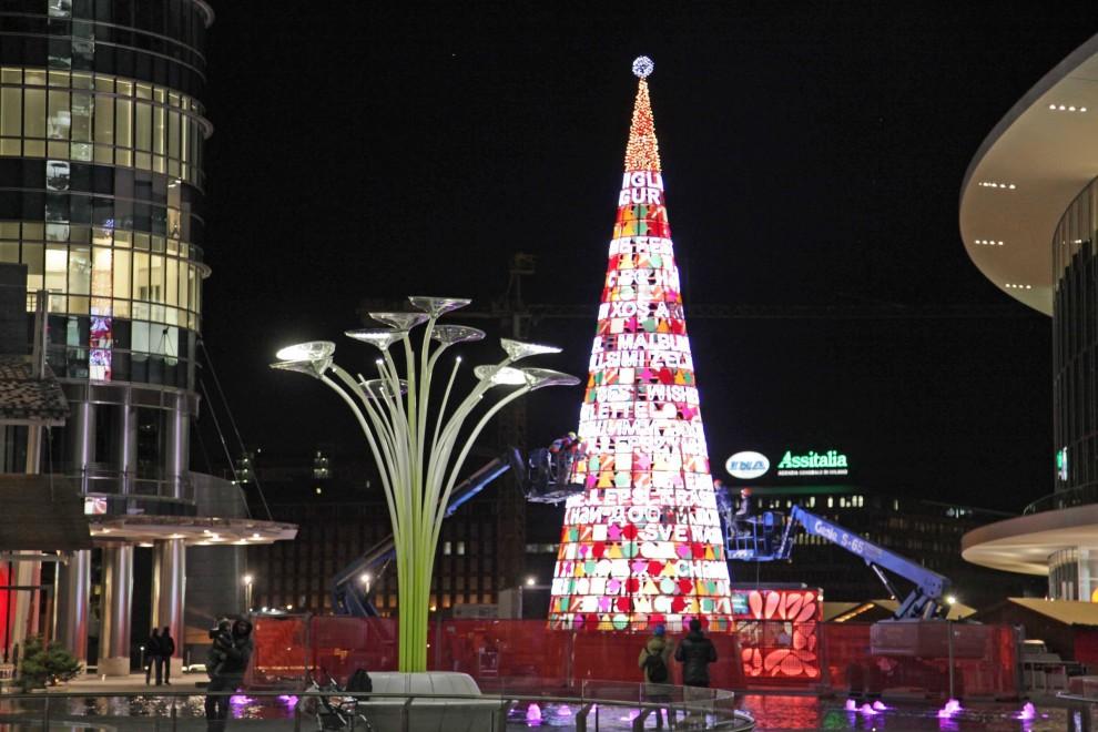 L'interessante albero di Piazza Gae Aulenti per le feste di natale (milanoexpo2015)