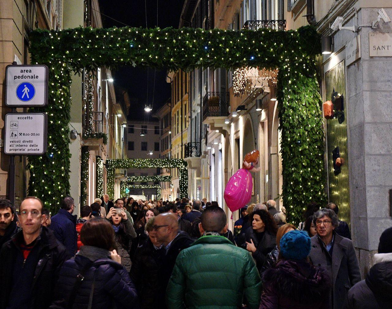 L'addobbo natalizio di via Spiga (corriere.it)