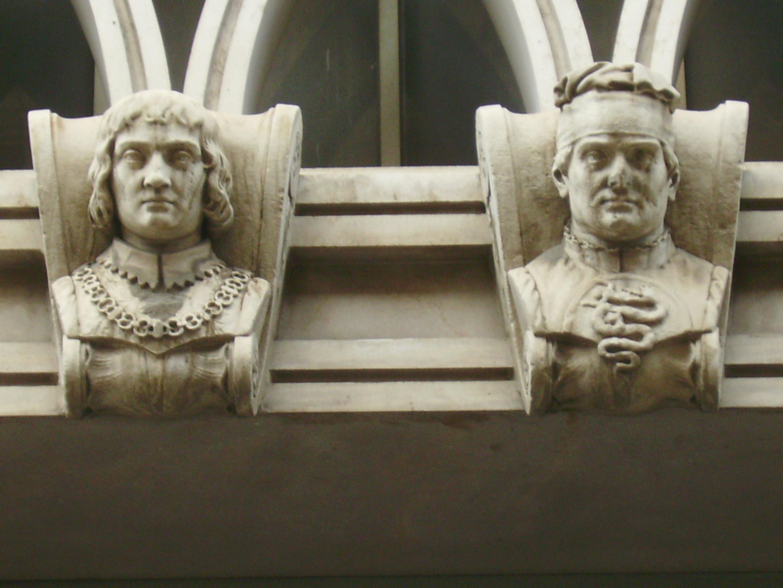 Busti dei Visconti sulla facciata dell'Hotel Cavalieri, in ricordo del luogo dove sorgeva la Ca' de Can, loro prima dimora signorile.