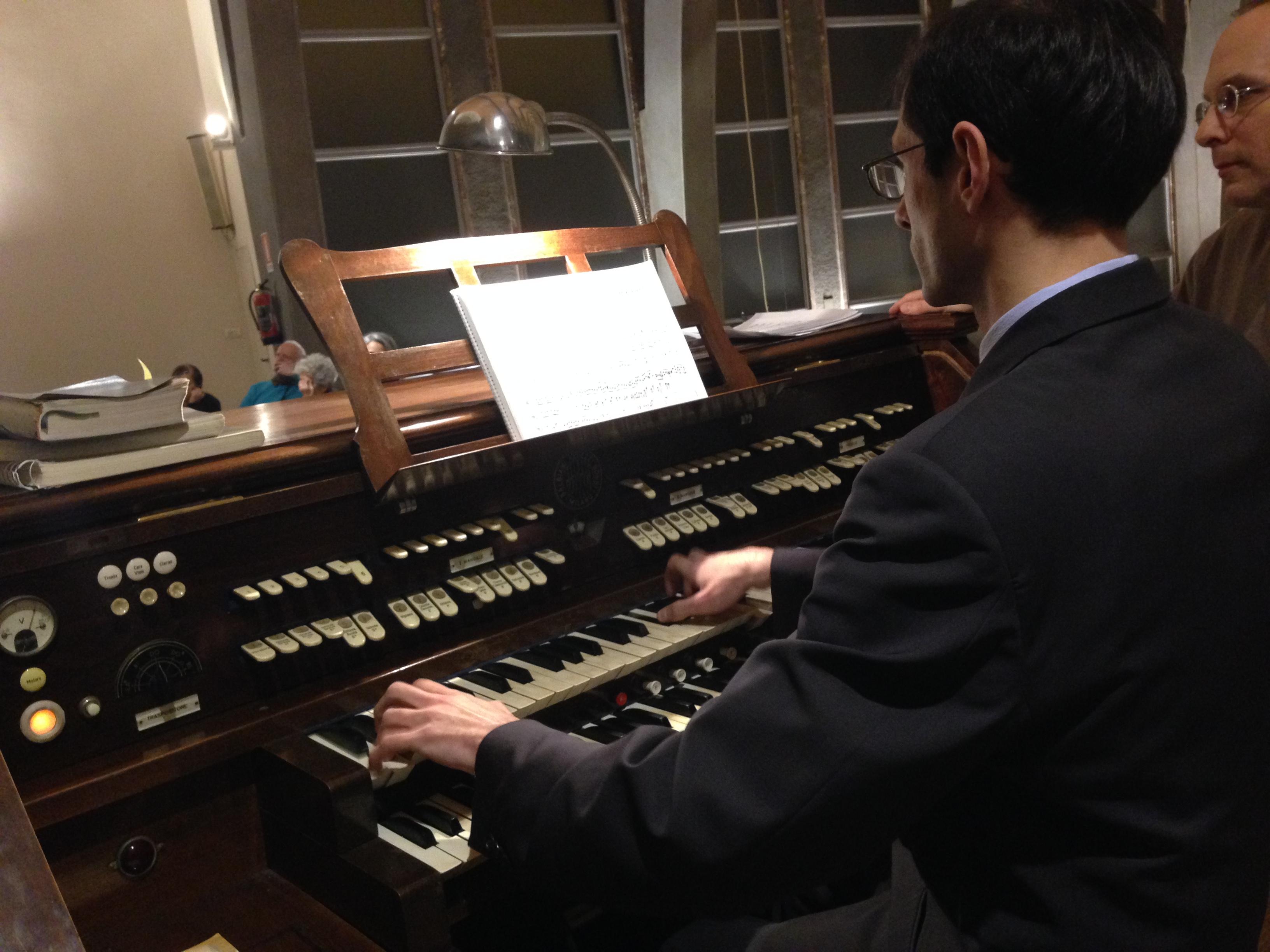Un'immagine del Maestro Piovani all'organo, in cui si ammirano la ricchezza della tastiera composta anche dai registri (i tastini più piccoli in alto!)