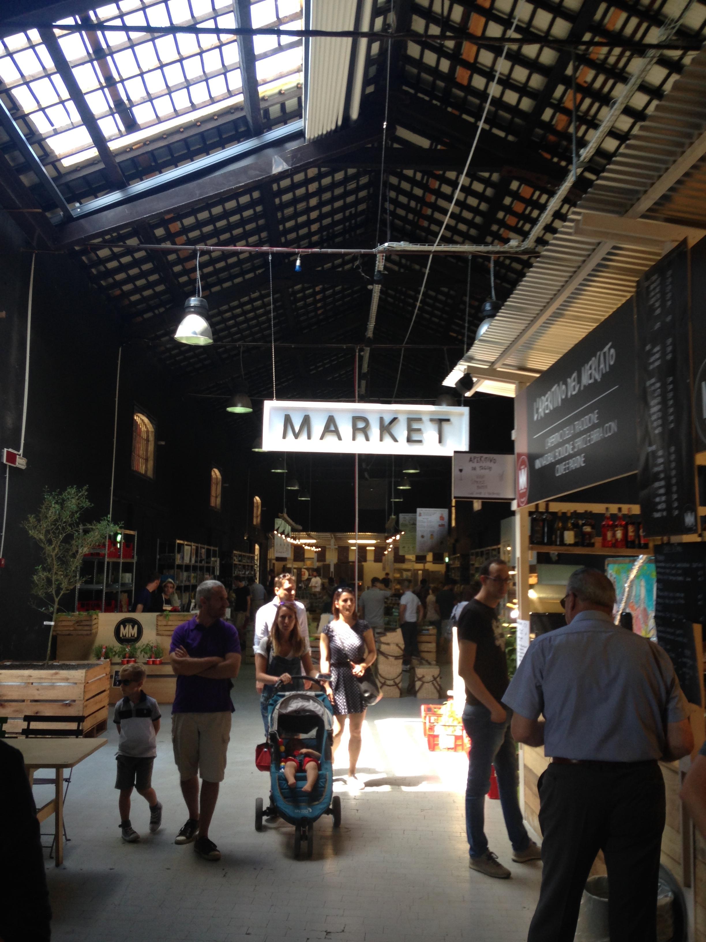 Il mercato all'interno dei magazzini (foto di Robert Ribaudo)
