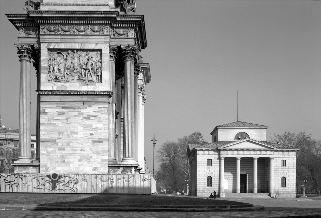 L'Arco della Pace con uno dei suoi caselli daziari ai lati (foto gentilmente concessa da Marco Introini)
