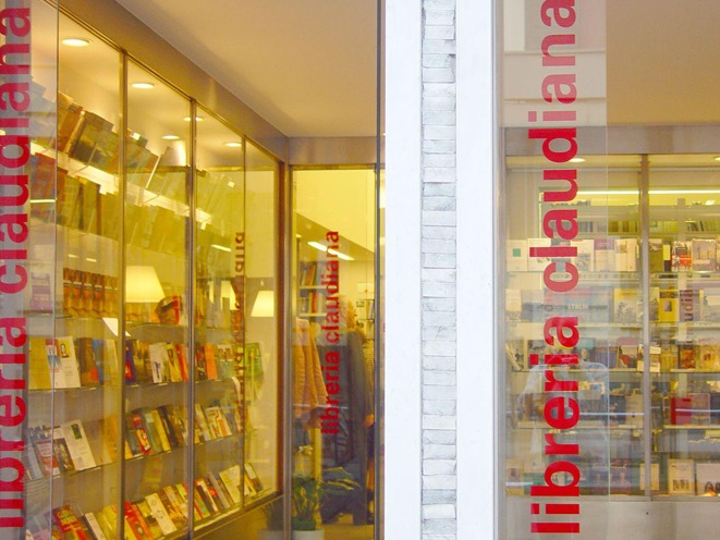 Le vetrine della Libreria Claudiana di Milano