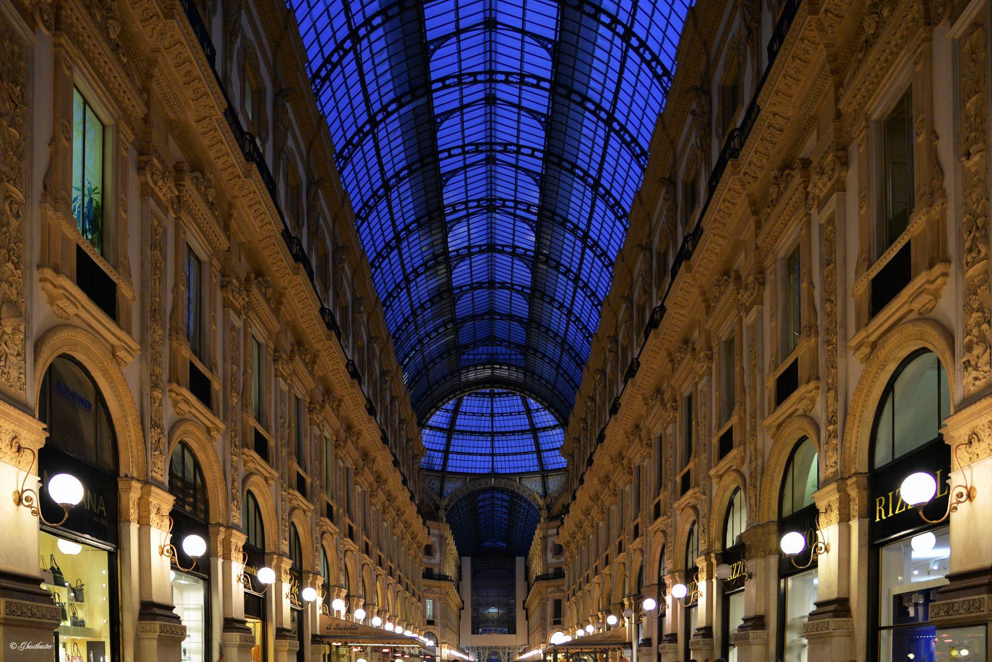 In questi gialli non viene raccontata solo la Milano luccicante e lussuosa, come quella ritratta qui dal bravissimo Luigi Alloni