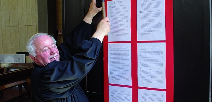 Il Pastore Platone della Chiesa Valdese di Milano affigge le 95 tesi luterane (testo rielaborato dal Circolo Riforma della stessa chiesa)
