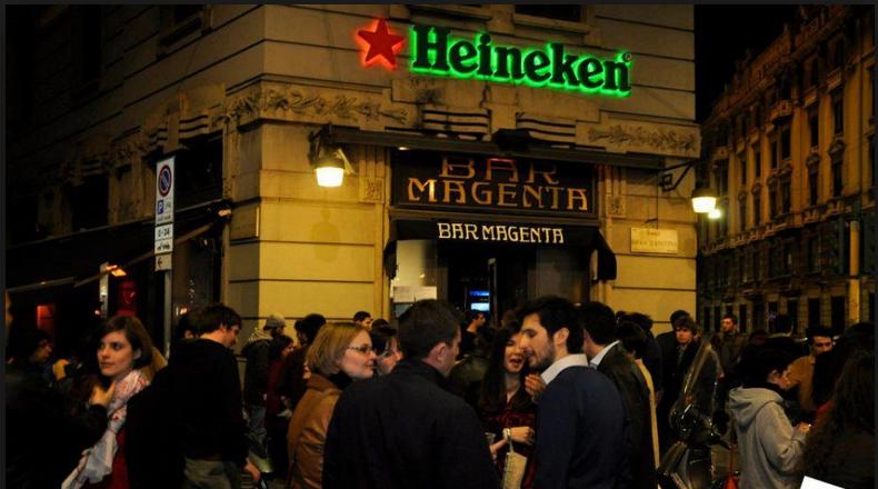 Il celebre Bar Magenta di Milano è uno dei luoghi in cui si snoda la vicenda del romanzo