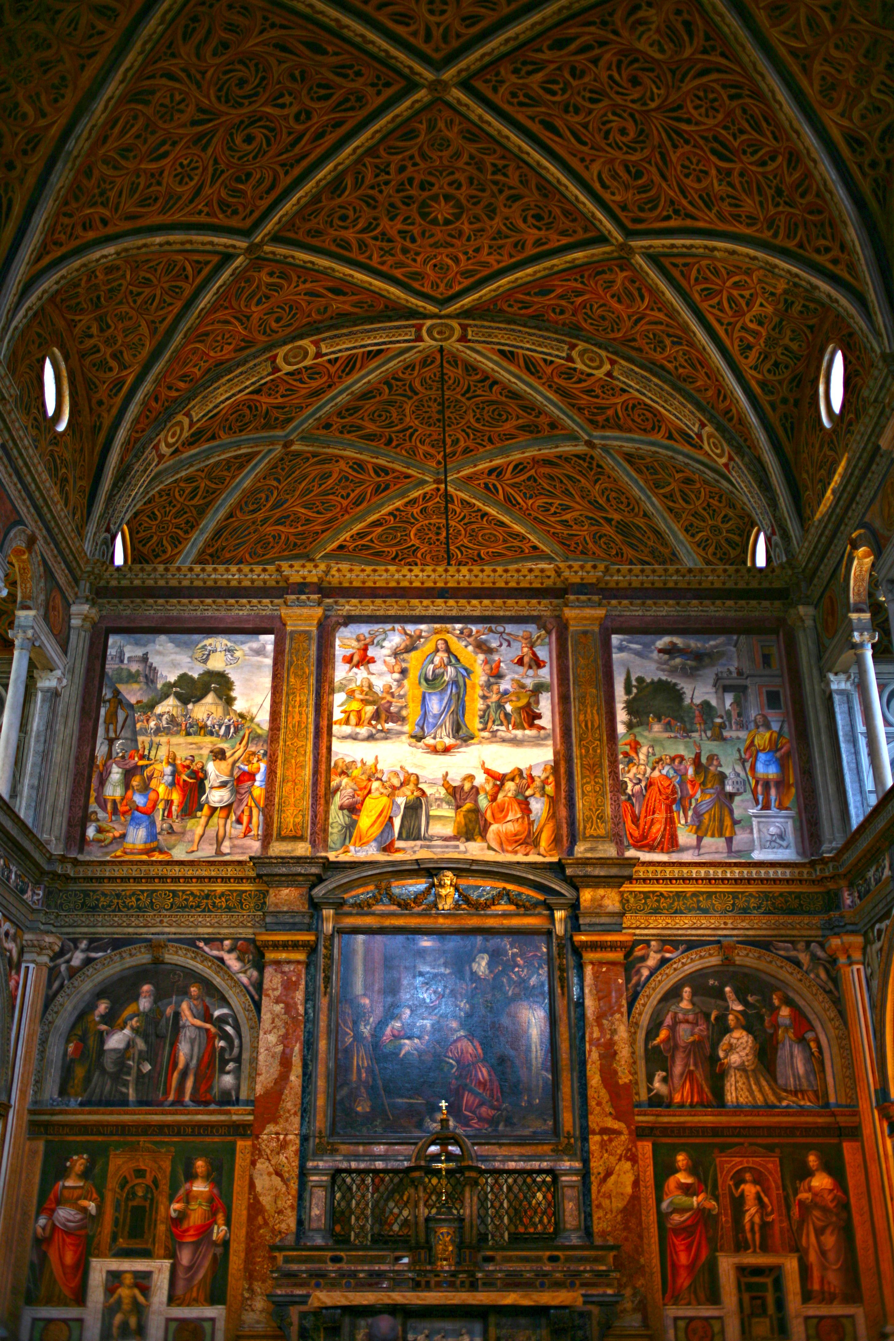 Al centro della parete dietro l'altare maggiore si può vedere la grata che garantiva alla madre superiora di assistere alla messa senza essere vista.