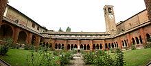 Uno dei chiostri dell'abbazia con i fabbricati di servizio nell'intorno