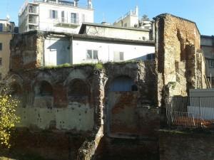 Ruderi di vecchie case sullo scavo del complesso romano di Via Brisa (foto di Robert Ribaudo)