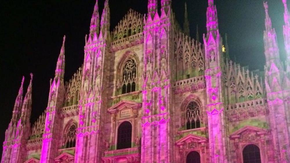 Il Duomo di Milano illuminato di rosa