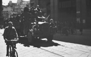 brigate partigiane in Piazza S. Babila (fondo fotografico Ferrari)