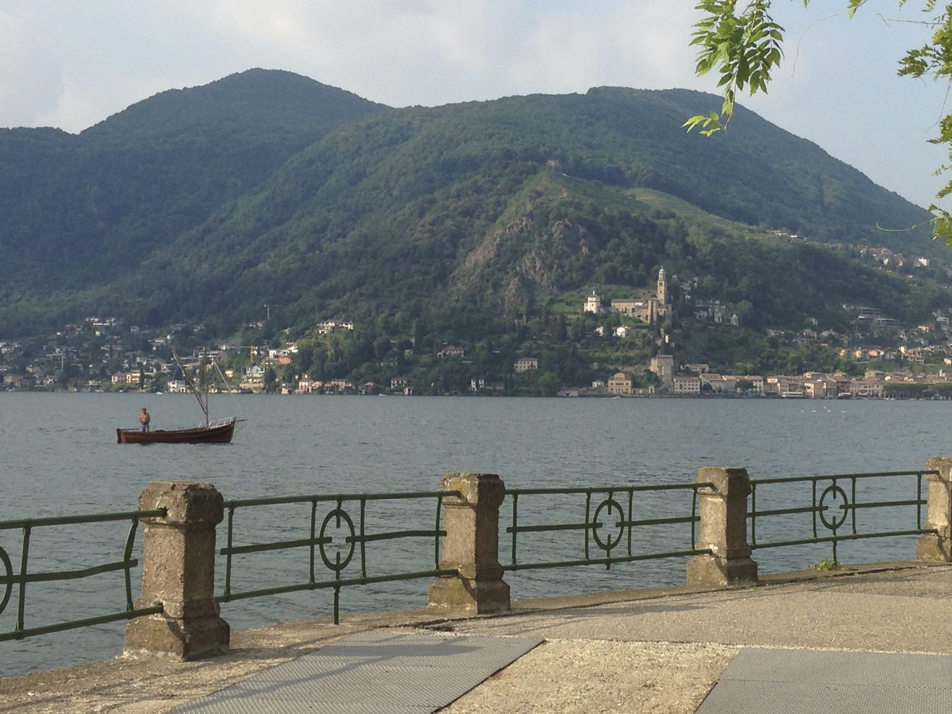 Da Porto Ceresio, un'immagine dell'omonimo lago con l'incantevole Morcote sul versante opposto