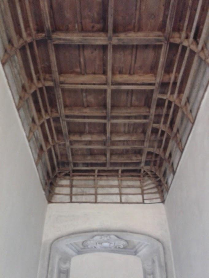 Il vano dello scalone d'onore, per accedere agli uffici PIM a destra, con l'orditura in legname che un tempo reggeva una volta affrescata, oggi scomparsa (foto di Robert Ribaudo)
