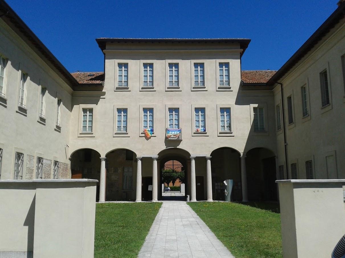 Il fronte interno della villa, con il suo portico di distribuzione agli ambienti superiori, vista dal parco (foto di Robert Ribaudo)