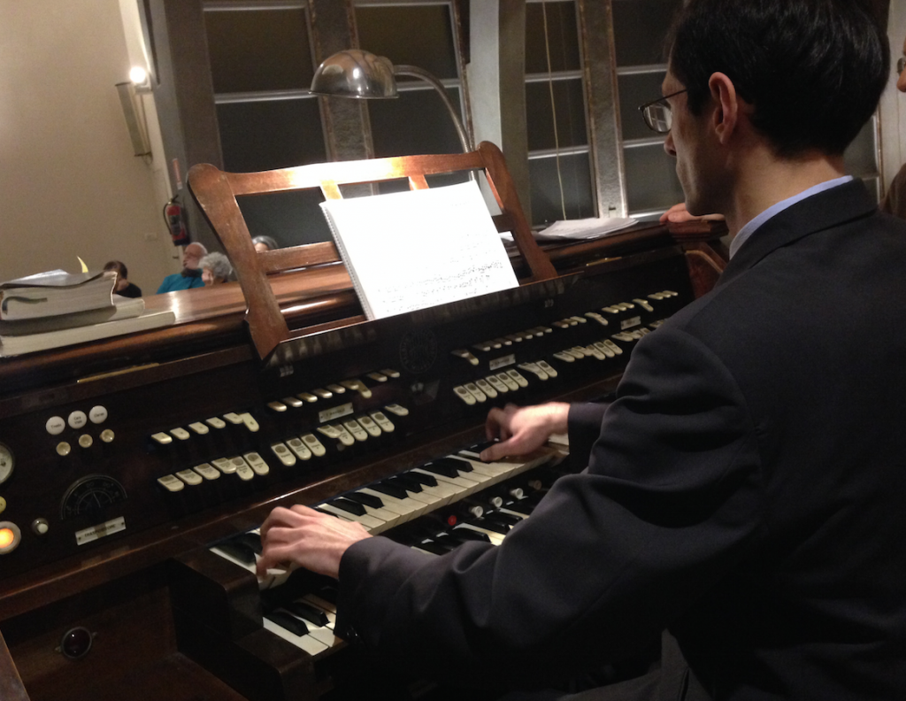 Il Maestro Giulio Piovani all'organo della Chiesa
