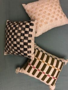La sciarpa più sopra e questi cuscini tra i molti oggetti realizzati in tema di abbigliamento e arredamento da Paola Artale