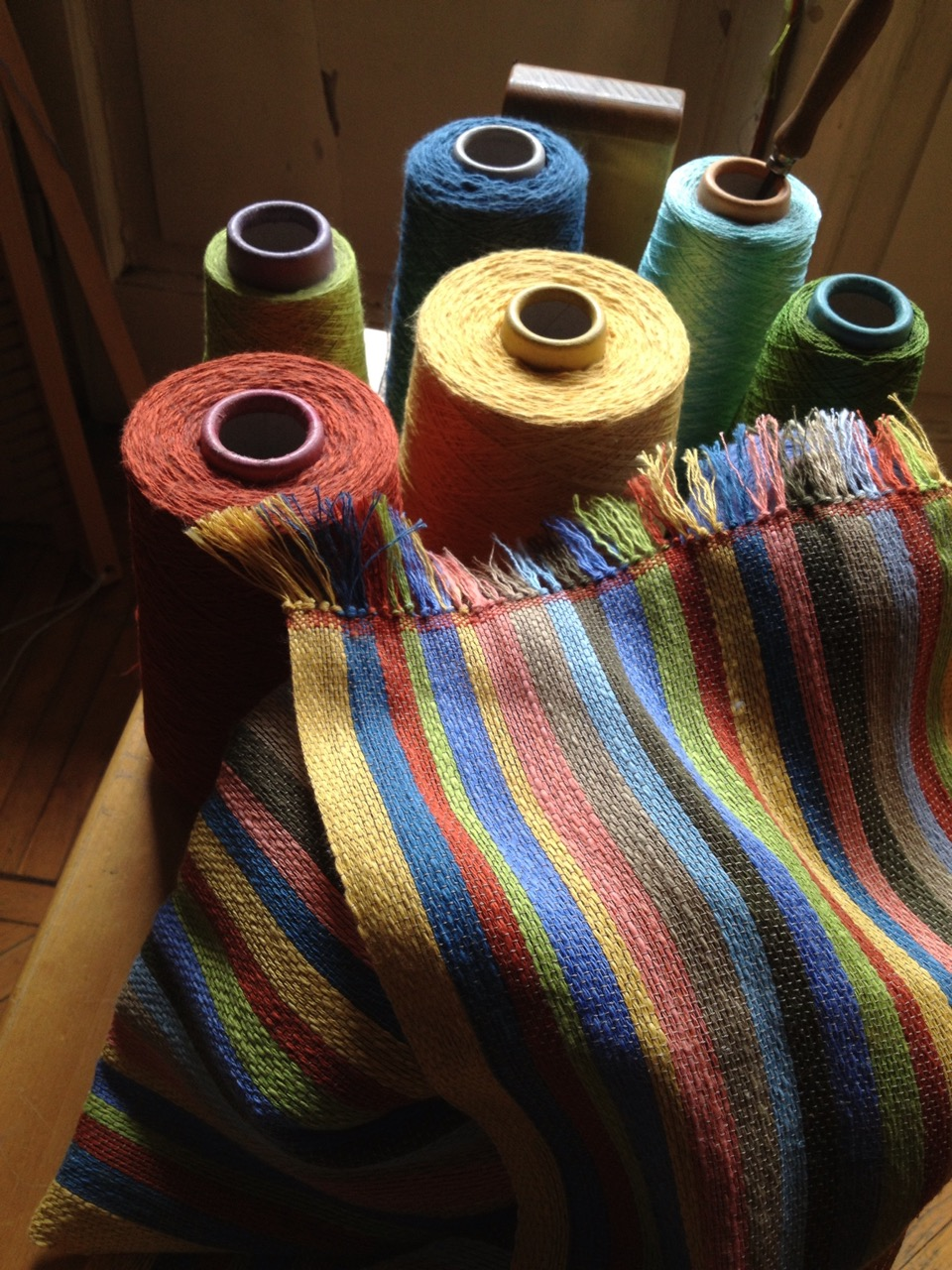 Le materie prime, fibre tutte naturali, e un manufatto (photo: Giacomo Artale)