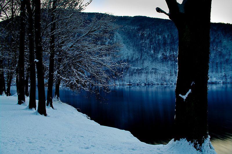 800px-Lago_di_Ghirla_in_inverno