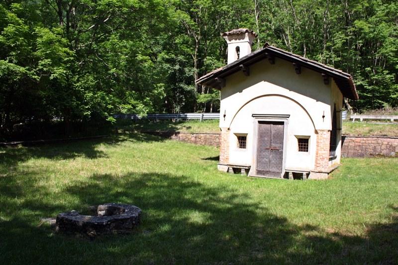 La cappella con l'ingresso alle spalle del sentiero
