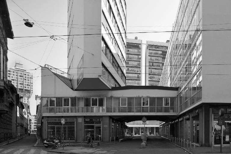 Complesso di Corso Italia di Luigi Moretti. A sinistra si inravede un'altra opera della Milano moderna, la Torre Velasca del gruppo di progettisti BBPR (foto di Marco Introini)
