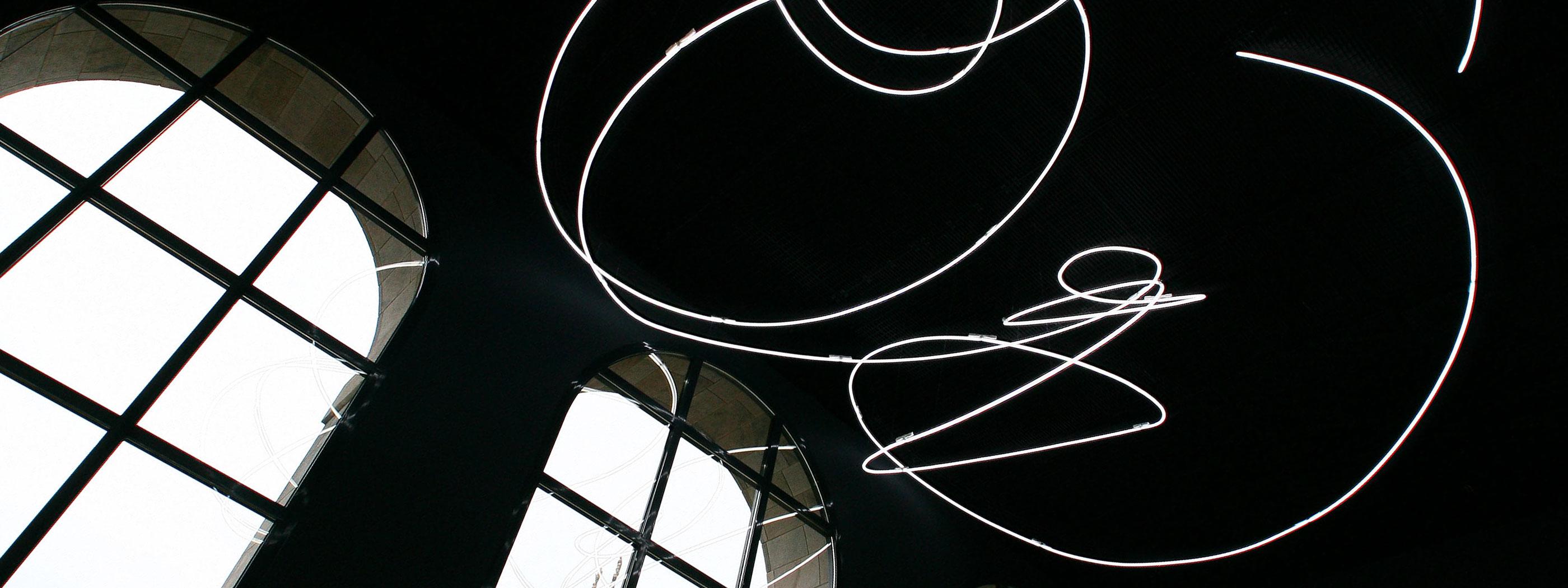 Lampada al neon di attilio Fontana, oggi esposta al Museo del Novecento a MIlano