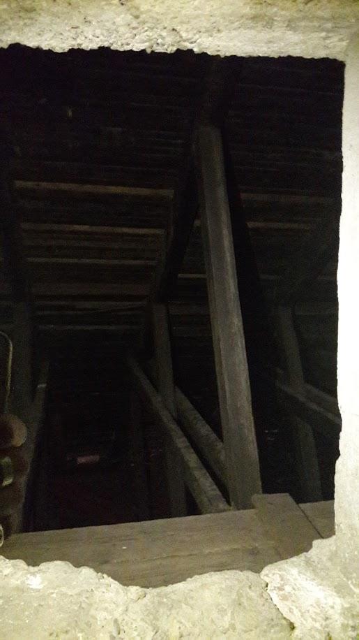 Uno sportello nei sotterranei del velodromo spalanca lo sguardo nella struttura lignea che sorregge il facsiame della pista (foto di Robert Ribaudo)
