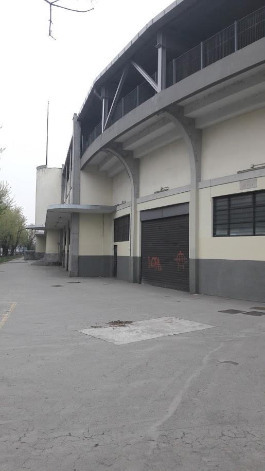 La struttura razionalista esterna, ripresa dall'ingresso principale (foto di Robert Ribaudo)