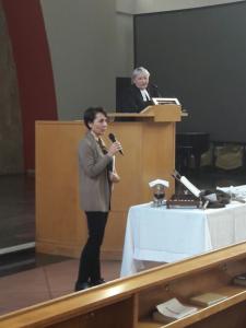 Adriana Massarani spiega in Chiesa Valdese a Milano l'iniziativa che offre uno spazio per incontri, giochi e studio a genitori e figli