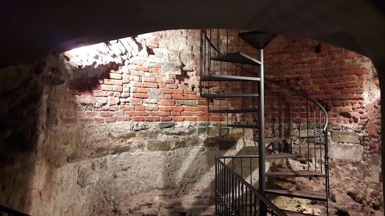 lo sbarco dal vano cavo della torre nella cantina del locale (foto gentilmente concessa dal locale Pane e Vino a Robert Ribaudo)