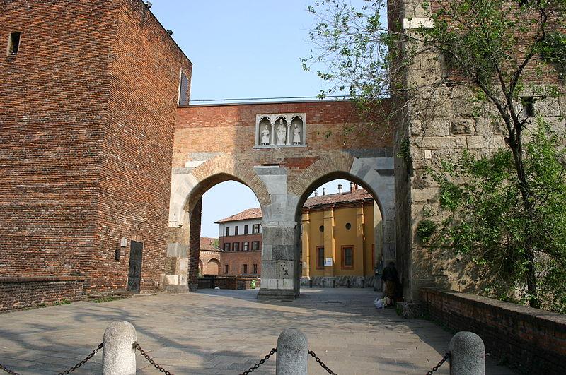 La pusterla di S. Ambrogio, con l'edicola in pietra di un anonimo maestro comacino con i santi Ambrogio, Gervasio e Protasio (foto G. DallOrto)
