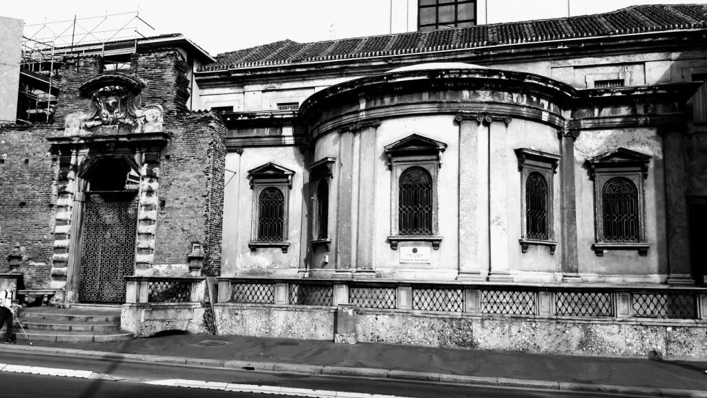 Il prospetto su starda, lungo Via Francesco Sforza della sagoma dell'abside della chiesa dell'annunziata (foto di Robert Ribaudo)