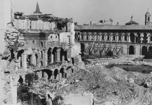 Le rovine della Ca' Granda dopo i bombardamenti dell'ultima guerra