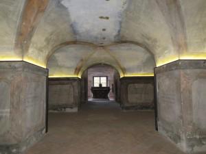 foto della cripta con l'altare in fondo (foto di Robert Ribaudo)