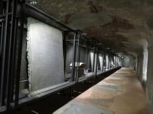 Una delle navate laterali della cripta con l'infilata di epigrafi a ricordo dei caduti del 1848 (foto di Robert Ribaudo)