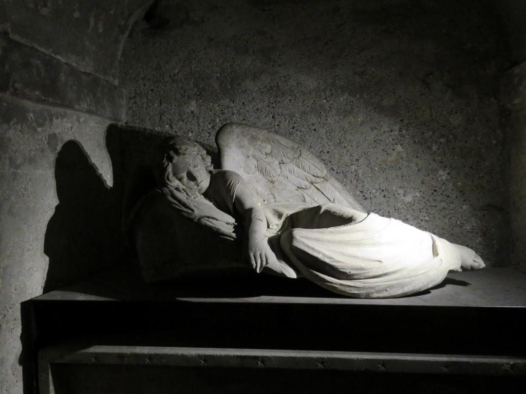Una delle tante sculture tombali nella cripta (foto di Robert Ribaudo)