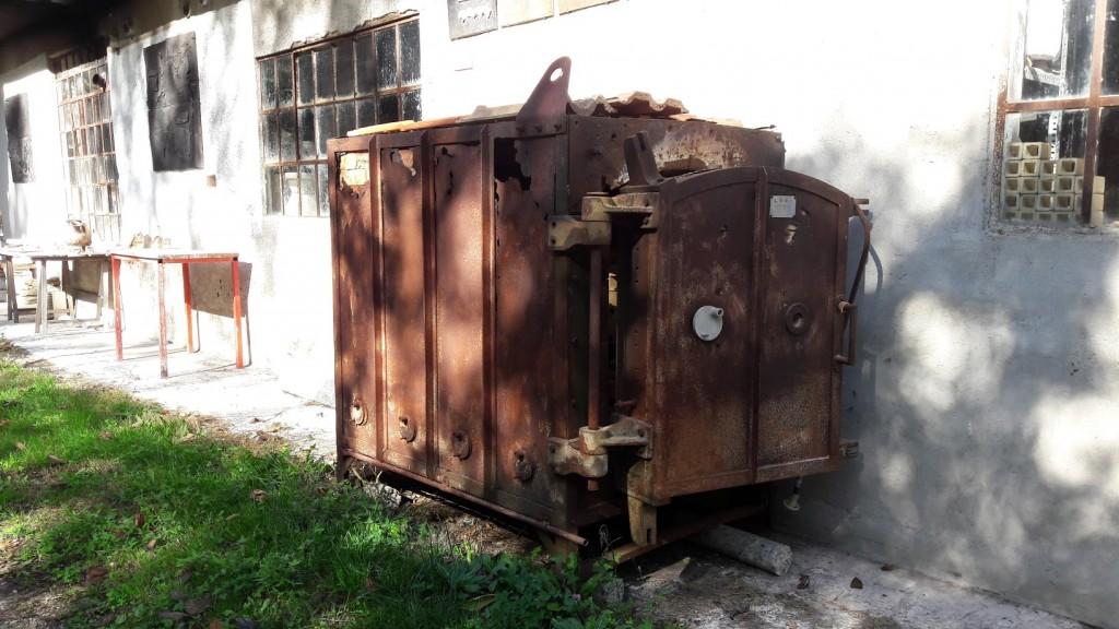 Un vecchio forno adagiato all'esterno del complesso (foto di Robert Ribaudo)
