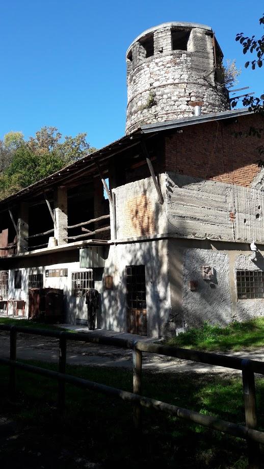 La ciminiera in pietra che sovrasta il complesso (foto di Robert Ribaudo)