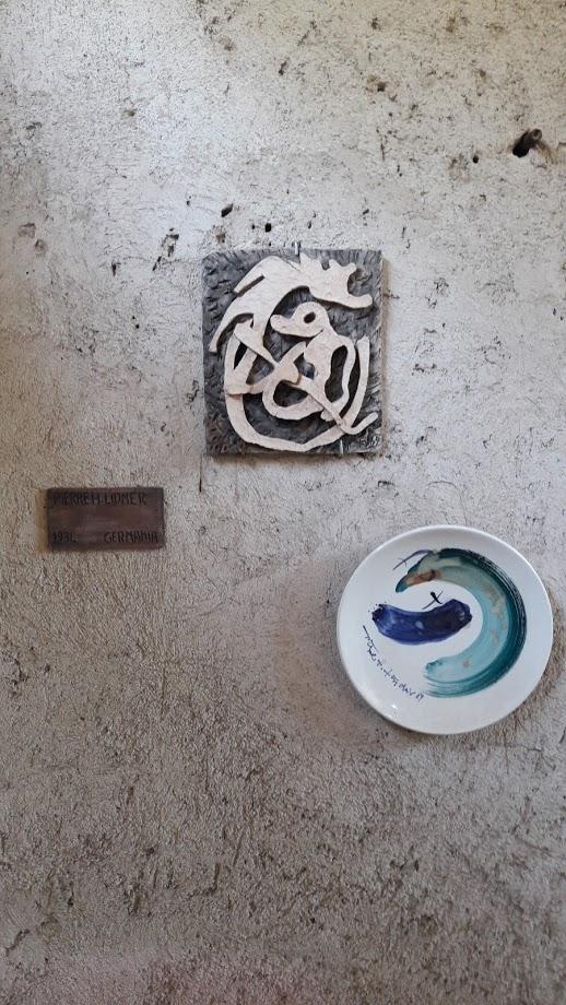 Una delle pareti con pezzi artistici all'esterno del complesso (foto di Robert Ribaudo)