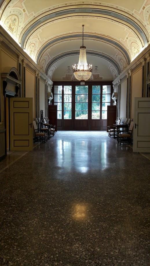 Il grande corridoio del secondo piano (foto di Robert Ribaudo)