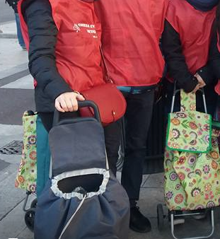 I carrelli con cui si trasportano cibi, indumenti e tanta solidarietà
